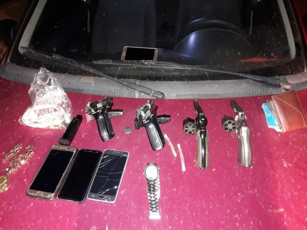 Armas, celulares e drogas foram apreendidos com trio suspeito de matar dois no Taquari — Foto: Divulgação/Polícia Militar do Acre