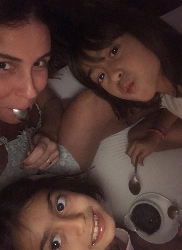 Giovanna Antonelli e as filhas gêmeas, Antônia e Sofia (Foto: Reprodução/Twitter)