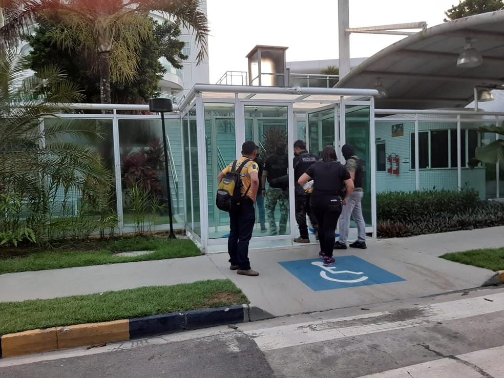 MP cumpre mandados de busca e apreensão em condomínio em Ponta Negra — Foto: Eliana Nascimento/G1