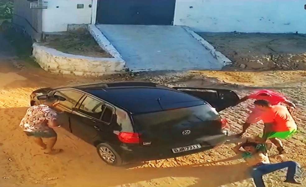 Vídeo mostra o momento em que Ranieri foi arrastado para dentro do carro — Foto: Polícia Civil do RN/Divulgação