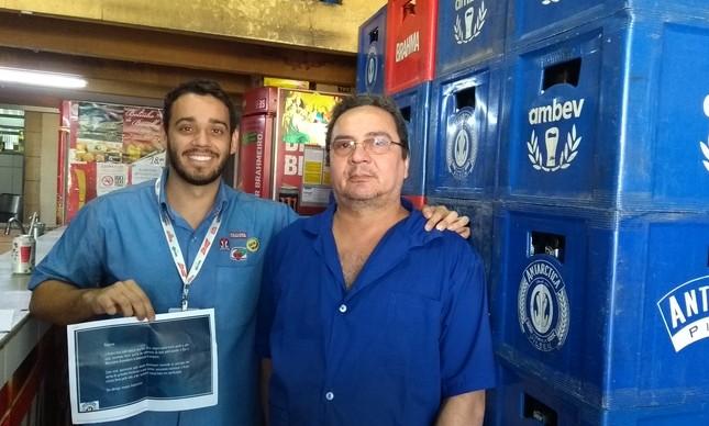 Leonardo Medeiros, supervisor de Vendas da Ambev, ao lado de Roberto, dono do bar