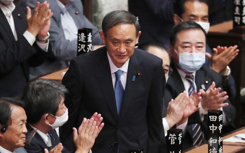 Yoshihide Suga é aplaudido após ser eleito o novo primeiro-ministro do Japão — Foto: Koji Sasahara / AP Photo