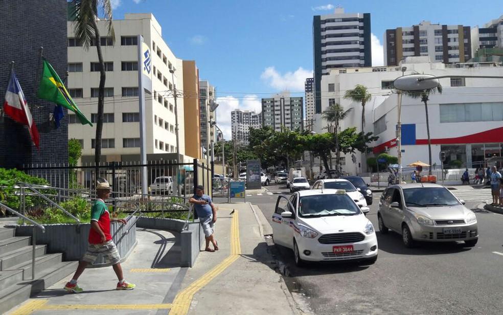 Agência arrombada fica entre Avenida Manoel Dias e Rua Pará, na Pituba, em Salvador (Foto: Vanderson Nascimento/ TV Bahia)