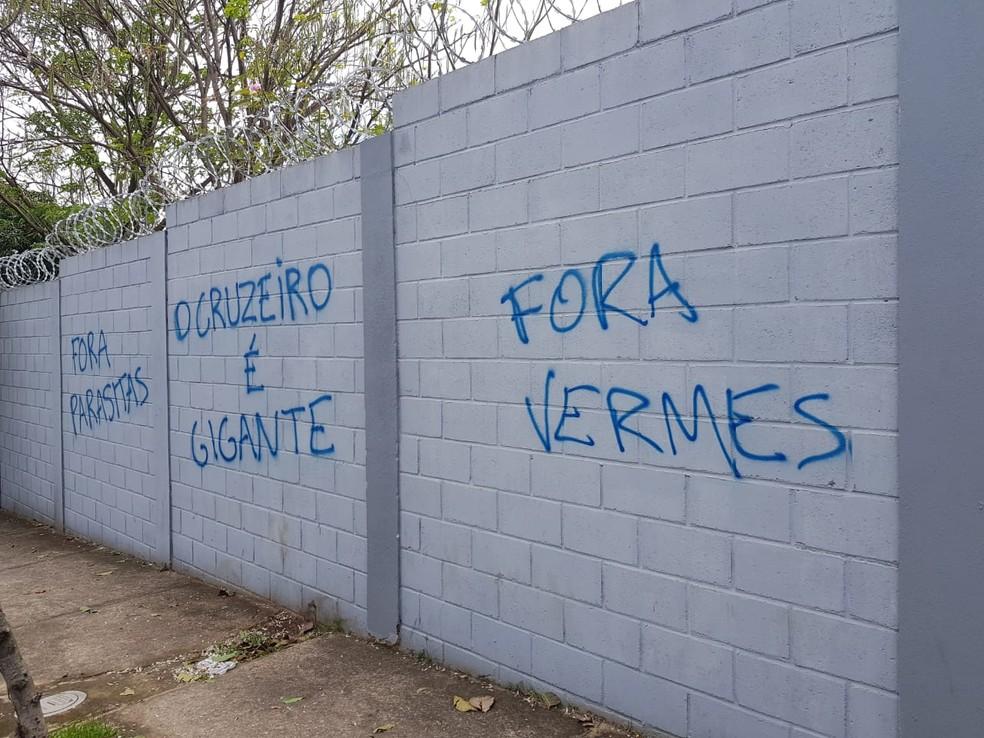 Muros da Toca da raposa são pichados nesta madrugada — Foto: Diogo Finelli / Globoesporte.com
