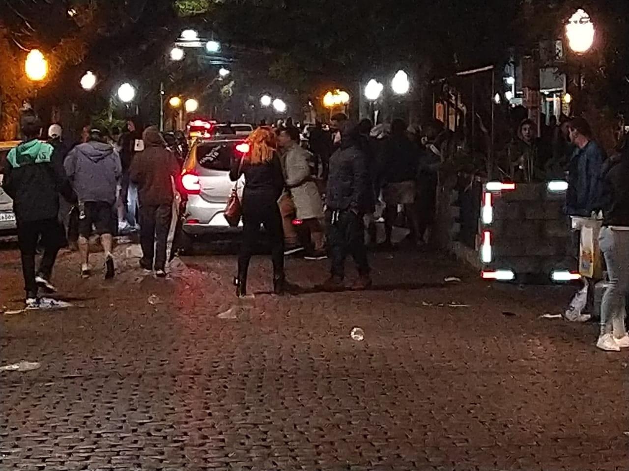 Polícia dispersa aglomeração com lançamento de gás lacrimogêneo em Porto Alegre