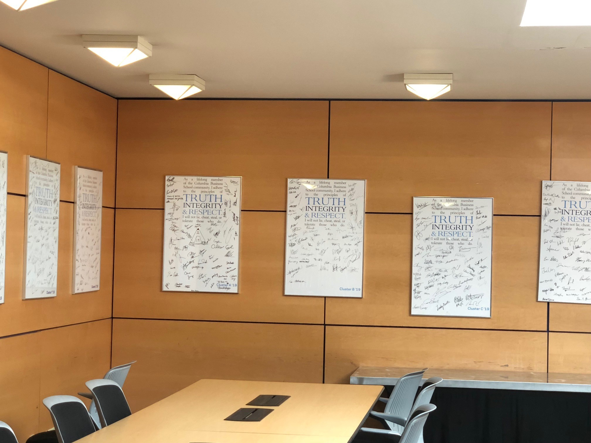 Telas assinadas pelos alunos de todos ao anos (Foto: ARQUIVO PESSOAL/FERNANDA LOPES DE MACEDO THEES)