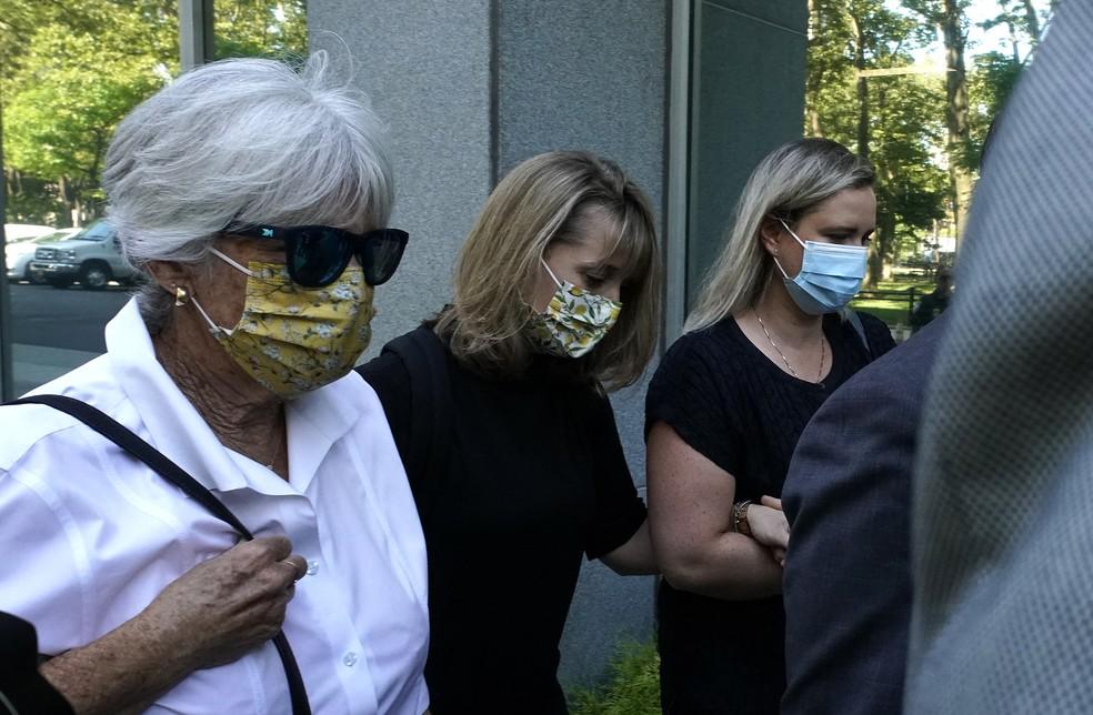 Allison Mack, atriz de Smallville, chega ao tribunal para ouvir sentença sobre caso de culto sexual da seita Nxivm — Foto: Timothy A. Clary/AFP