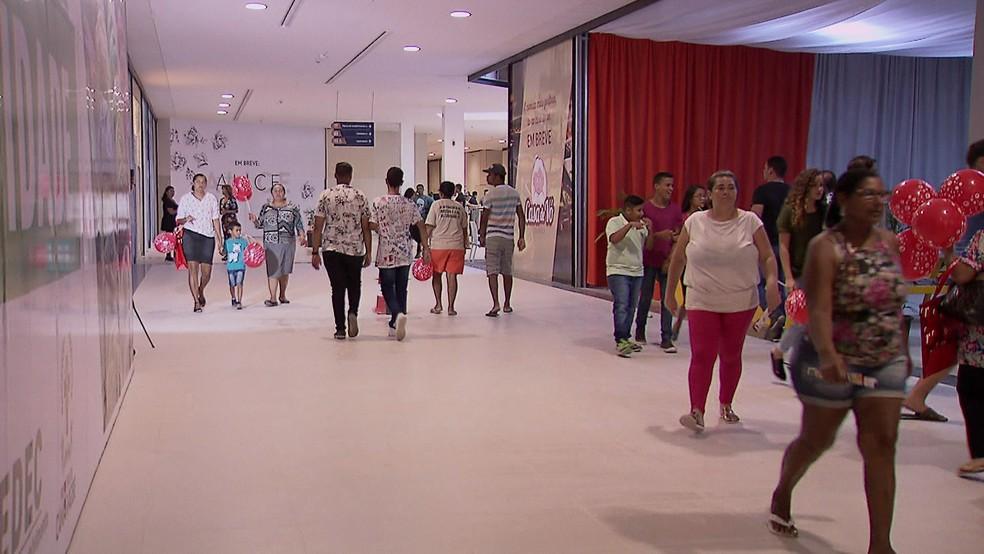 Abertura das lojas no Camará Shopping acontece gradualmente (Foto: Reprodução/TV Globo)