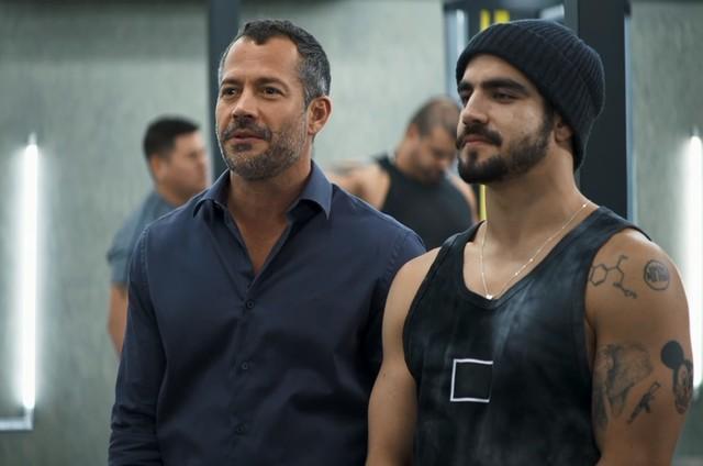 Malvino Salvador e Caio Castro em cena de 'A dona do pedaço' (Foto: Reprodução)