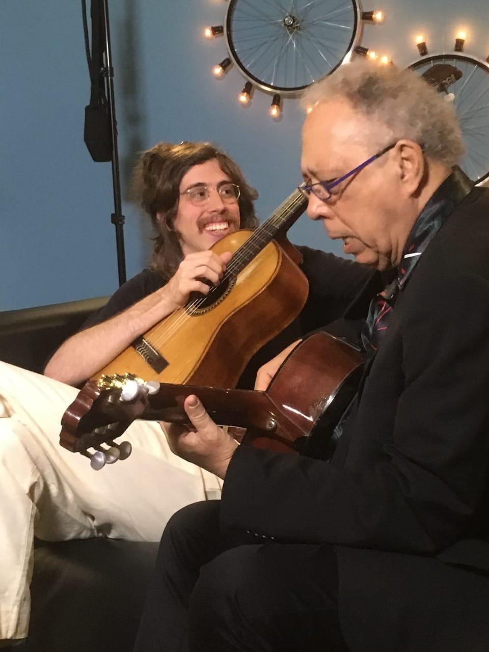 Jards Macalé e Tim Bernardes mostram música inédita no 'Conversa com Bial'