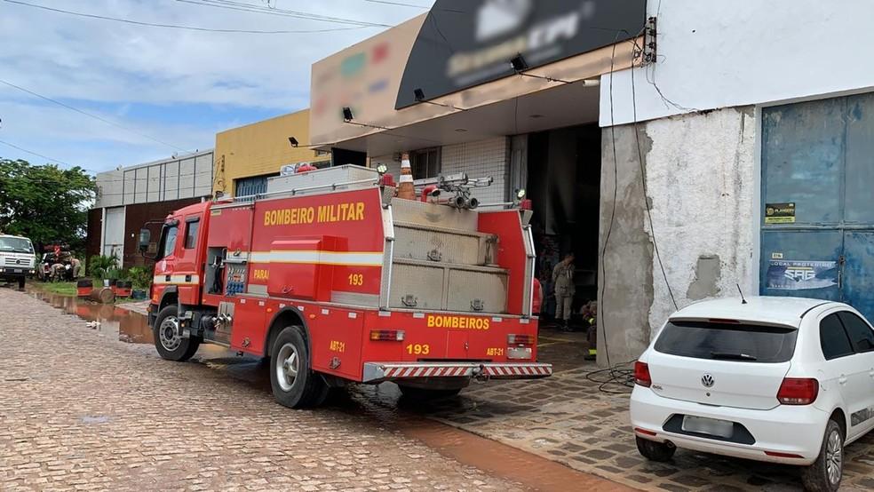 Incêndio atingiu parte de um galpão de uma loja de EPIs em Cabedelo — Foto: Walter Paparazzo/G1