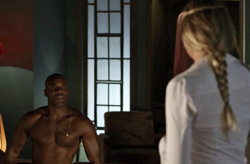 A enfermeira encontra o marido com Cido (Foto: TV Globo)