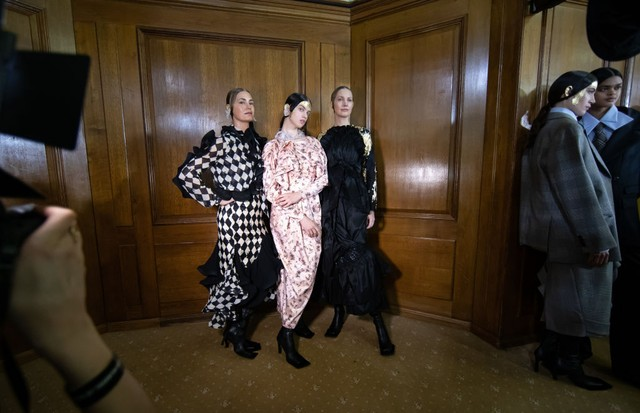 LONDON, ENGLAND - FEBRUARY 16: Models backstage ahead of the Preen by Thornton Bregazzi show during London Fashion Week February 2020 on February 16, 2020 in London, England. (Photo by Tim Whitby/BFC/Getty Images) (Foto: Getty Images)