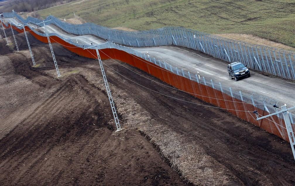 A Hungria construiu de uma nova cerca na fronteira com a Sérvia para impedir a entrada de refugiados (Foto: Laszlo Balogh/Reuters)