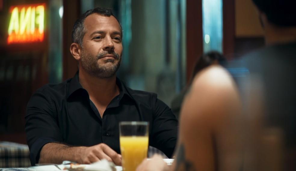 Agno (Malvino Salvador) se mostra interessado em Rock (Caio Castro) — Foto: Globo