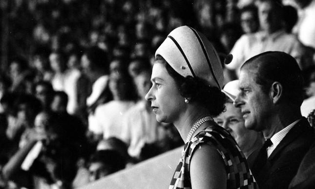 Elizabeth e seu marido, o príncipe Philip, assiste a amistoso no Maracanã, em 1968