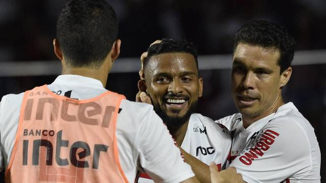 Reinaldo abraça Hernanes após o gol do São Paulo