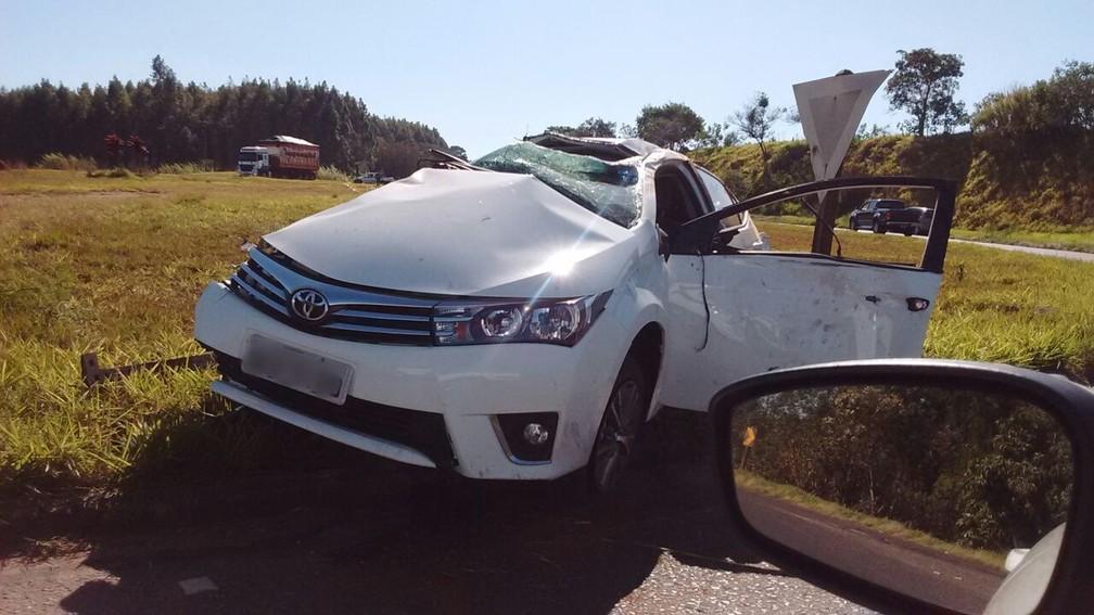 Carro capotou em rodovia de Coronel Macedo neste sábado (29) (Foto: Arquivo pessoal/Mara Patriarca)