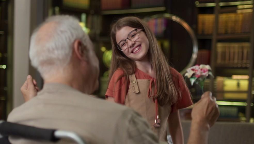 Sofia (Valentina Vieira) é quem leva o presente de Paloma (Grazi Massafera) para Alberto (Antonio Fagundes) — Foto: Globo
