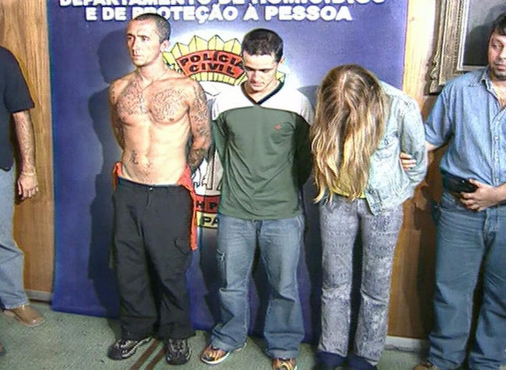 Cristian, Daniel e Suzane von Richtofen, na época em que foram presos, em 2002 (Foto: Reprodução Globo News)