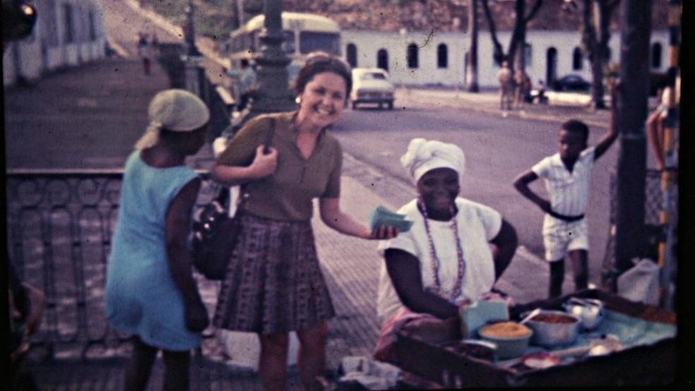 A viajante em Salvador; imagens da década de 70 mostram mulher passeando sozinha pela América Latina e América do Norte, entre outros — Foto: BBC News Brasil