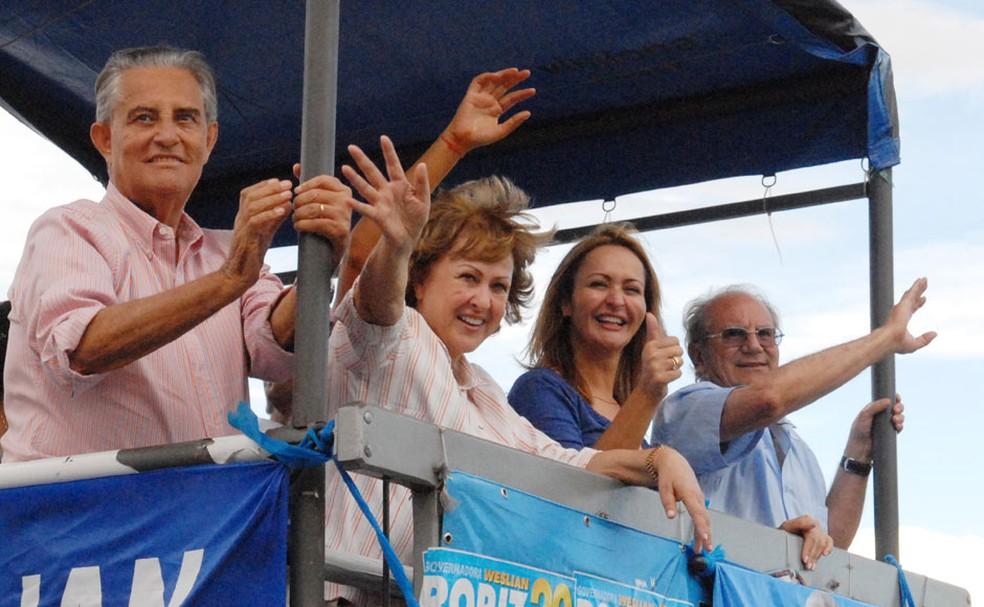Weslian Roriz faz campanha ao lado do marido, Joaquim Roriz, durante campanha em 2010 — Foto: Divulgação / Assessoria