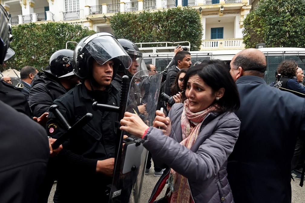 Policiais e manifestantes em Tunes, na Tunísia, no dia 9 de janeiro de 2018 (Foto:  Fethi Belaid/AFP)