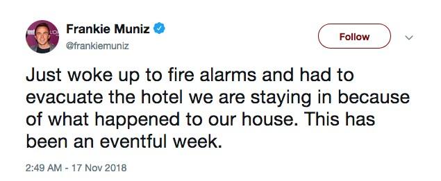 O ator Frankie Muniz contando ter precisando sair do hotel em que está hospedado após o alarme de incêndio disparar (Foto: Twitter)