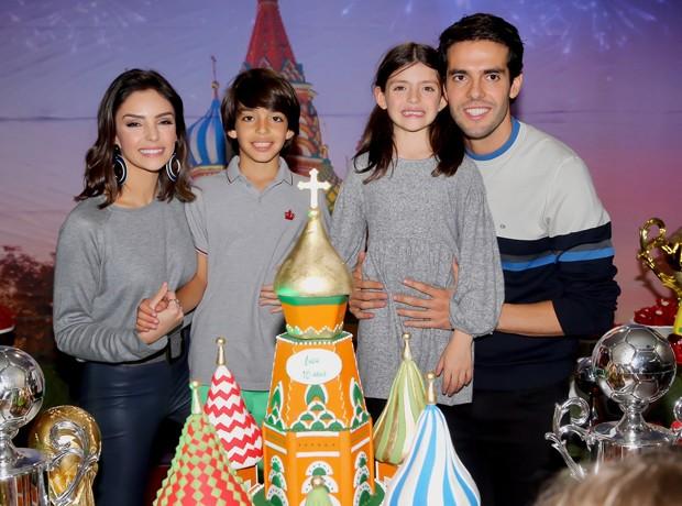 Carol Celico e Kaká com os filhos, Luca e Isabella (Foto: Manuela Scarpa/Brazil News)