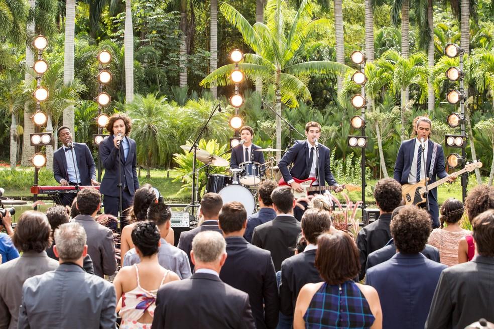 Banda 4.4 faz surpresa para Gui e Júlia durante o casamento (Foto: Felipe Monteiro/Gshow)