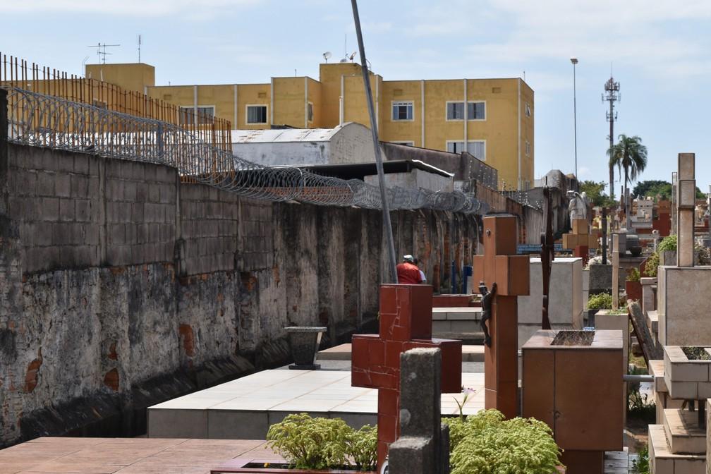 Túmulos mais simples ficam em áreas próximas dos muros do complexo — Foto: Rui do Amaral/G1