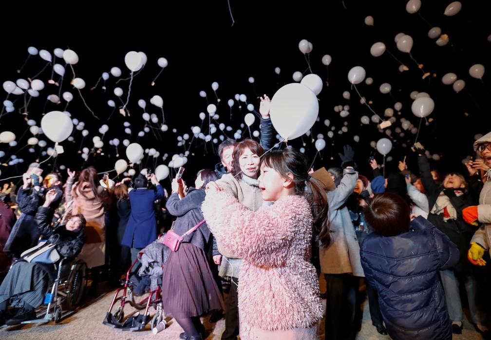 Público lança balões para celebrar a passagem de ano em Toquio, no Japão — Foto: REUTERS/Issei Kato