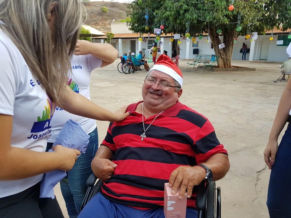 Idosos do abrigo Joaquim Monteiro recebem presentes de Natal. (Foto: Priscilla Santos/ Arquivo pessoal)