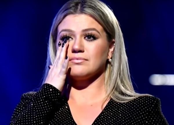 Kelly Clarkson faz discurso sobre tiroteio no Texas durante o Billboard Music Awards (Foto: Reprodução/Youtube)