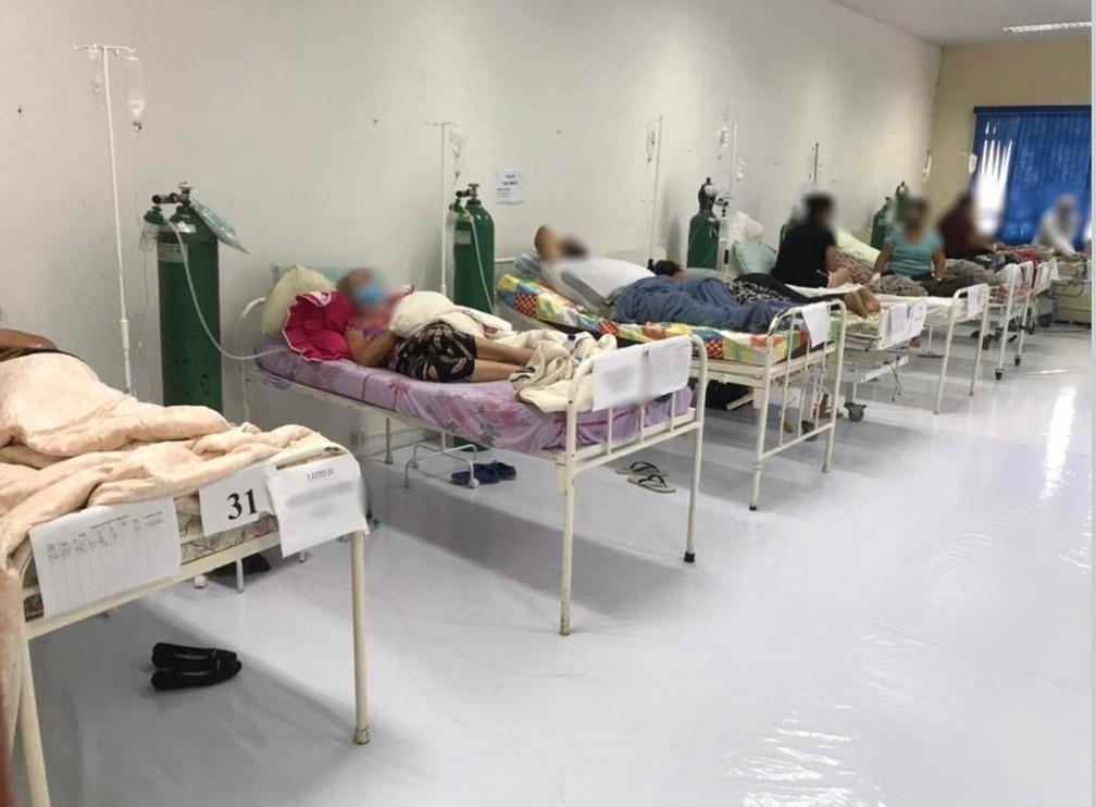 Leitos de pacientes com Covid-19 no Centro de Eventos de Chapecó — Foto: Reprodução/MPF