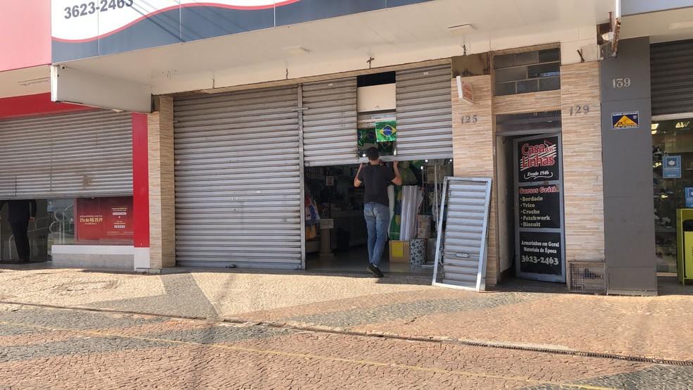Comerciantes retomam atividades após mega-assalto em Araçatuba (SP) — Foto: Thais Gomes/TV TEM