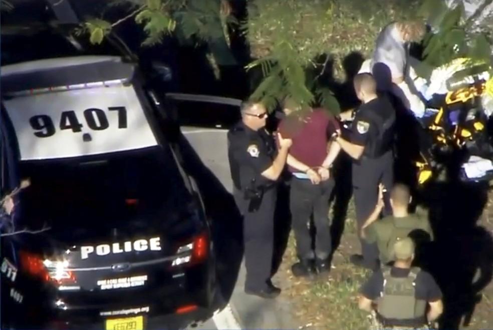 Imagem aérea mostra o suspeito do tiroteio na escola Marjory Stoneman Douglas High School, na Flórida, nesta quarta-feira (Foto: WSVN.com via Reuters)