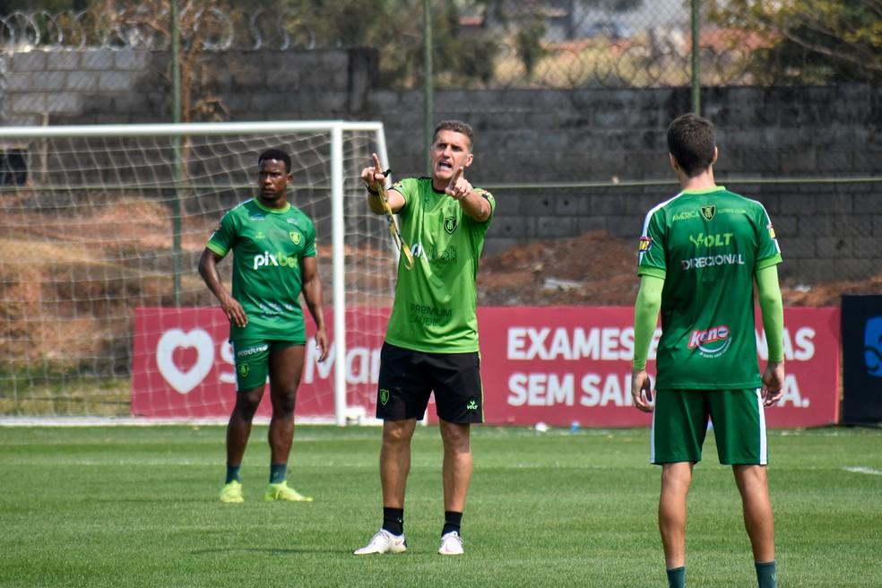 Vagner Mancini começa a pensar na equipe que enfrentará o Corinthians no domingo — Foto: João Zebral / América