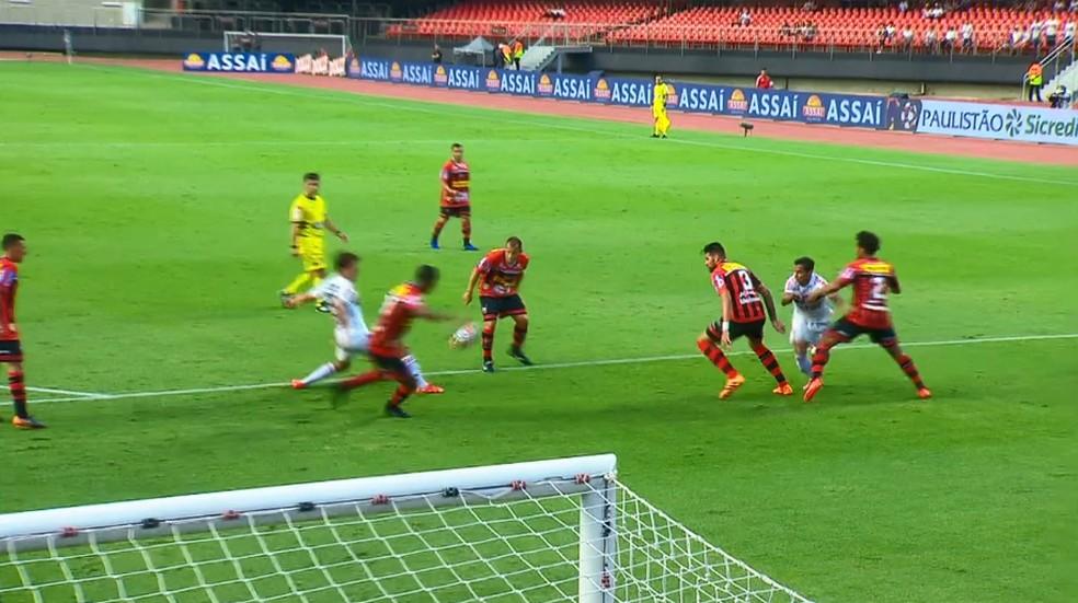 Pênalti pedido pelo São Paulo em jogo contra o Ituano: Everton Felipe tenta passar entre Jonas (camisa 2) e Léo Santos (3) — Foto: reprodução