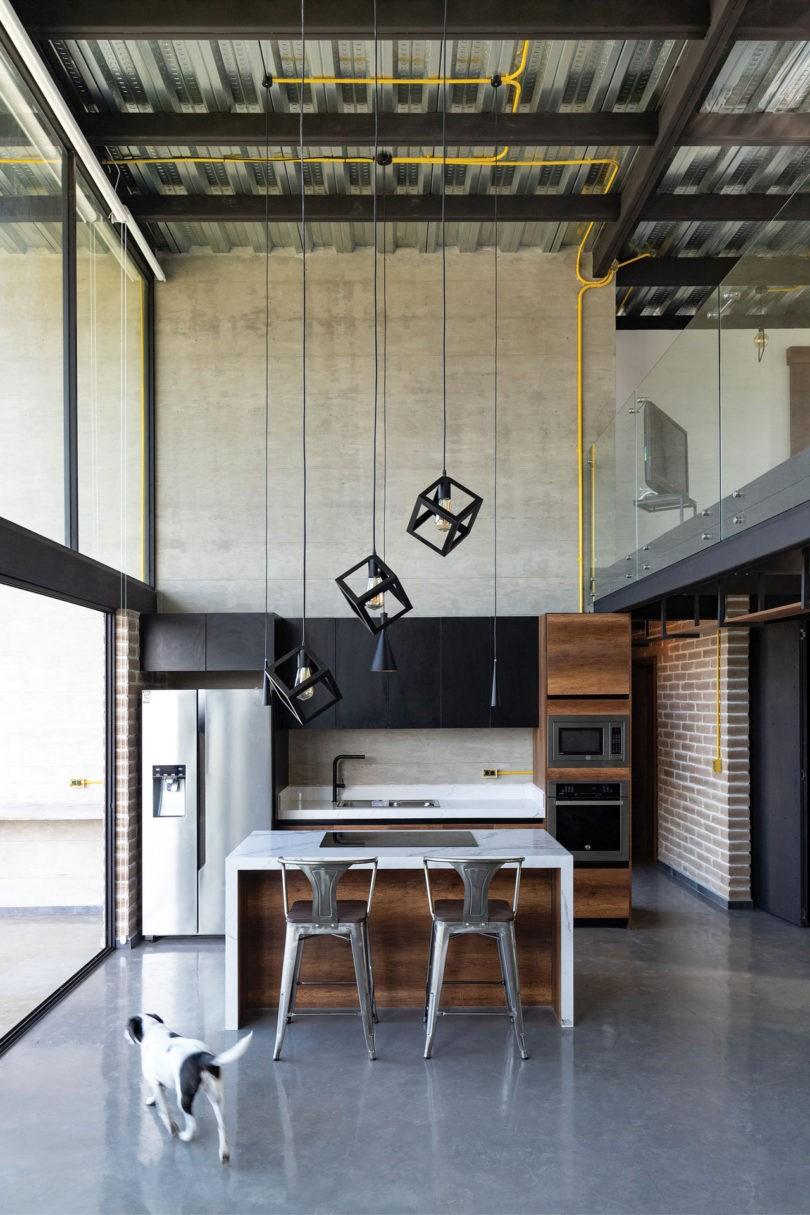 Décor do dia: cozinha com concreto aparente e pendentes modernos
