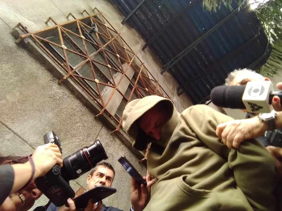Flávio do Nascimento Graça, de 39 anos, é levado à Cadeia Pública de Santos, SP — Foto: Orion Pires/G1