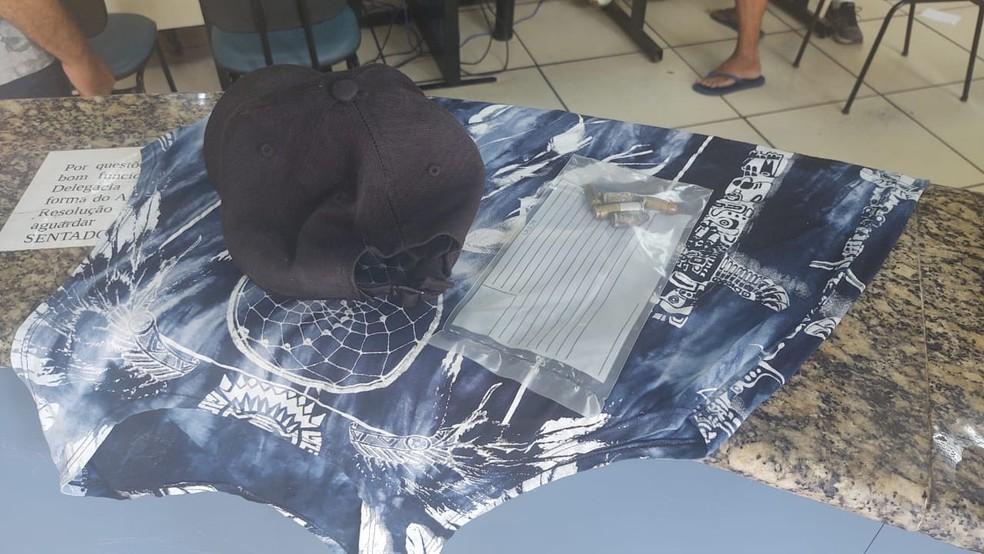 Polícia Civil também cumpriu mandados de busca e apreensão na casa do suspeito em Arraial do Cabo, no RJ — Foto: Paulo Henrique Cardoso/Inter TV