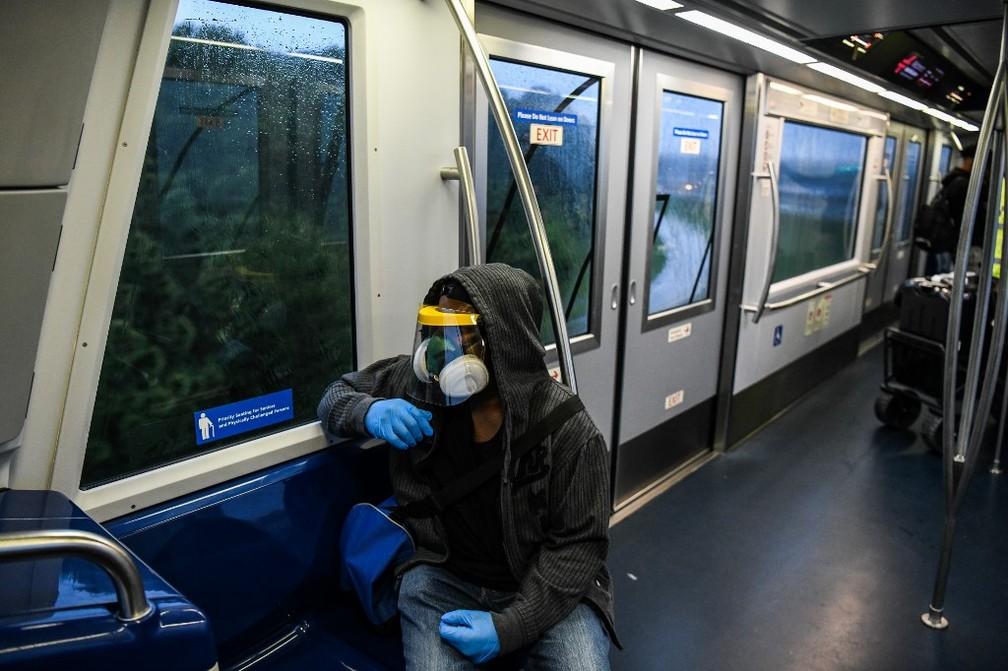 Homem usa máscara em trem do aeroporto de Atlanta, no estado da Geórgia, nos EUA, nesta quinta-feira (23) — Foto: Chandan Khanna/AFP