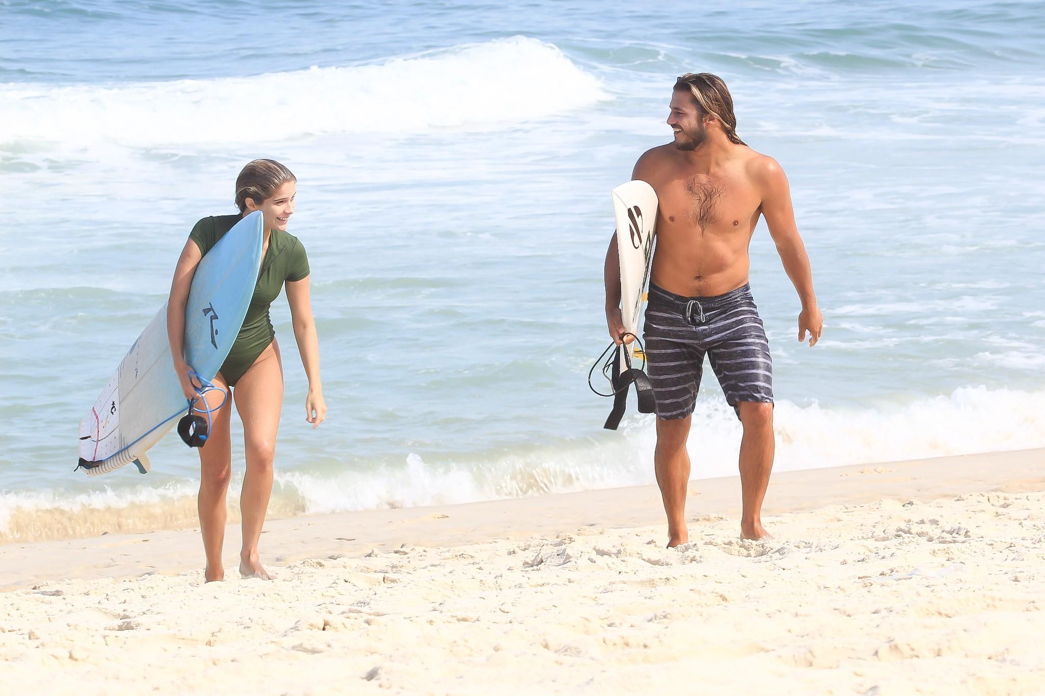 Isabella Santoni surfa com o namorado na Barrada Tijuca (Foto: Fabricio Pioyani /AgNews)