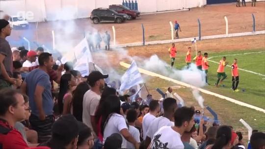 Torcida do Oeirense acende sinalizadores, jogo é paralisado e arbitragem relata em súmula
