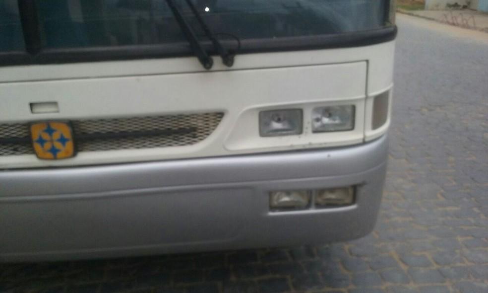 Assaltantes atiraram contra o ônibus após o roubo (Foto: Associação de Alunos de Januária/Divulgação)