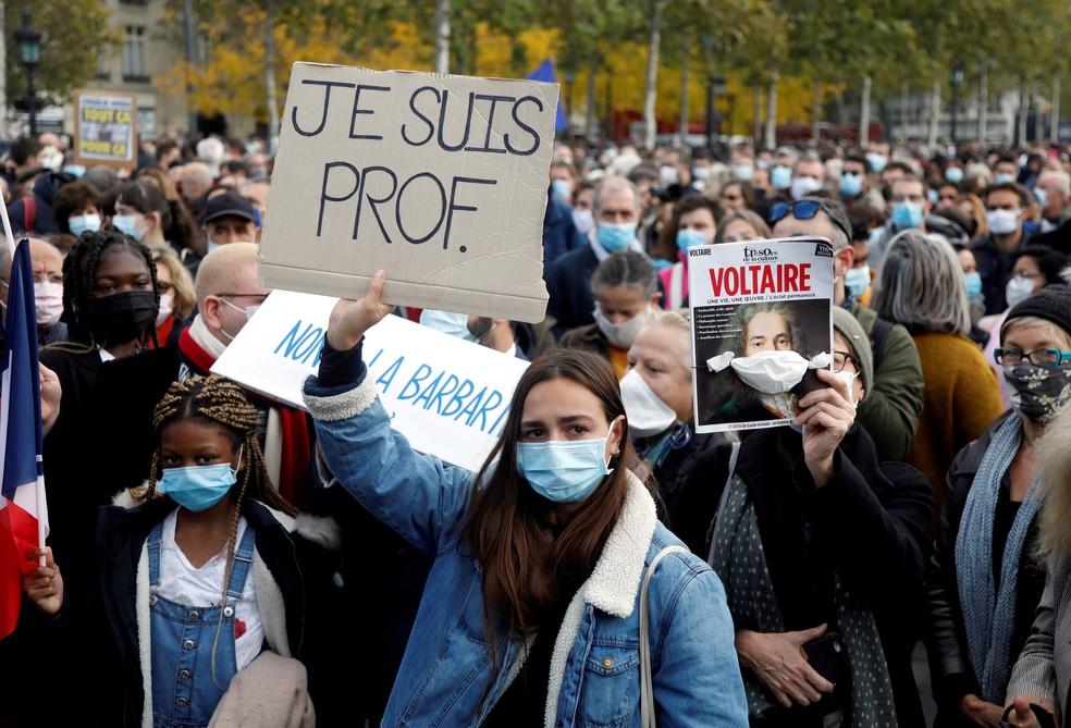 'Eu sou professor', diz cartaz levantado por manifestante no domingo (18) em Paris, na França, durante protesto contra o assassinato de Samuel Paty — Foto: Charles Platiau/Arquivo/Reuters