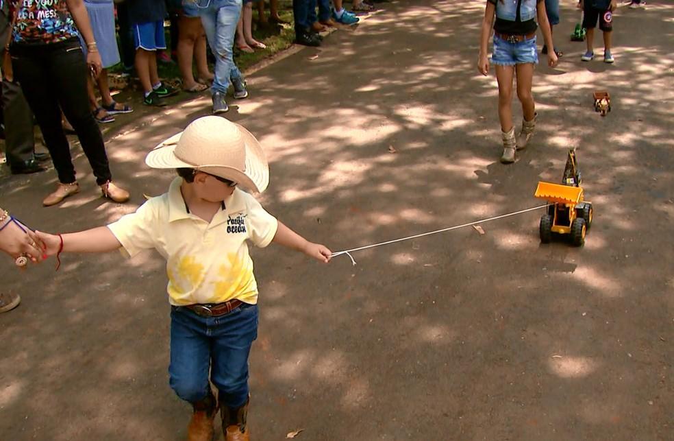 Desfile terminou com crianças puxando tratores de brinquedos em São Carlos (Foto: Reprodução/EPTV)