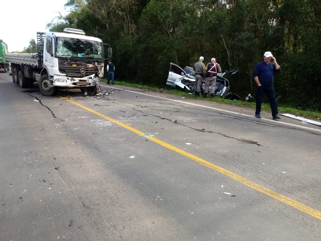 Acidente envolvendo carro, caminhão e micro-ônibus deixa mortos na ERS-122, em Antônio Prado - Notícias - Plantão Diário