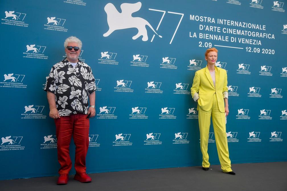 """Sem máscaras, a atriz britânica Tilda Swinton e o diretor espanhol Pedro Almodovar participam posam para fotos antes da exibição do filme """"A voz humana"""" no 77º Festival de Cinema de Veneza — Foto: TIZIANA FABI / AFP"""